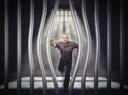 carcel: el hombre trata de escapar de la cárcel con la barra doblada Foto de archivo