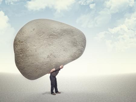 Kaukasisch ma dragen enorme stenen op zijn rug
