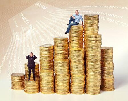 mucho dinero: la gente en oro montones de monedas de euro