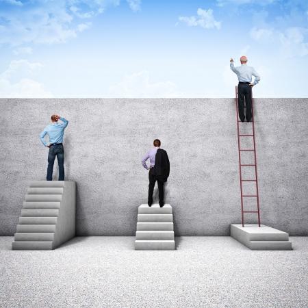 libertad: diferentes personas tratar de ver detr�s de la pared