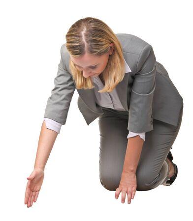 arrodillarse: mujer sentada ofrecer su mano para ayudar a