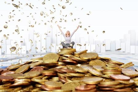 donna ricca: donna sorridente e la pioggia delle monete in euro