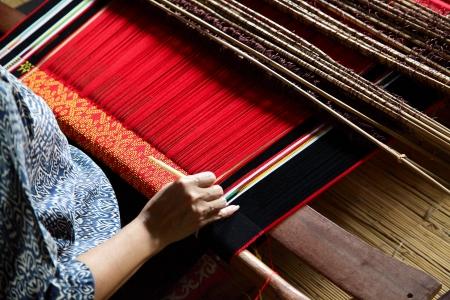仕事で古典的なアジアの織機