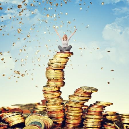 dinero euros: mujer feliz y de la lluvia de monedas de euros