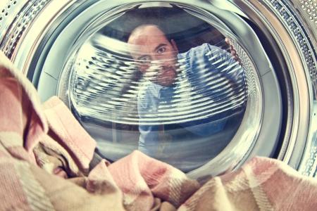 lavadora con ropa: retrato de vista al hombre de lavadora en el interior