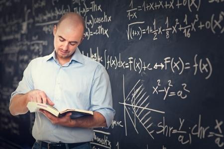 profesores: retrato de fondo profesor y pizarra