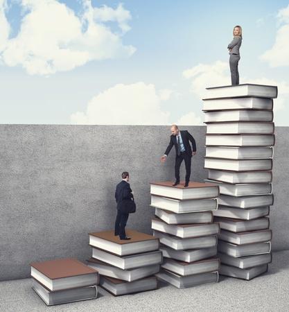 knowledge: Gesch�ftsleute auf 3d B�cher Stapel