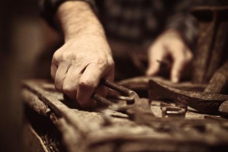 craftsman: zapatero en el trabajo con herramientas antiguas