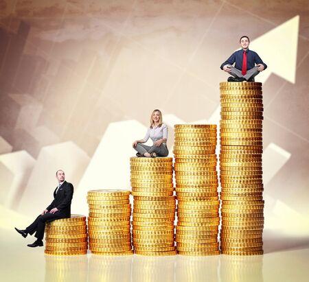mucho dinero: personas en montones de monedas de euros y el fondo de la carta