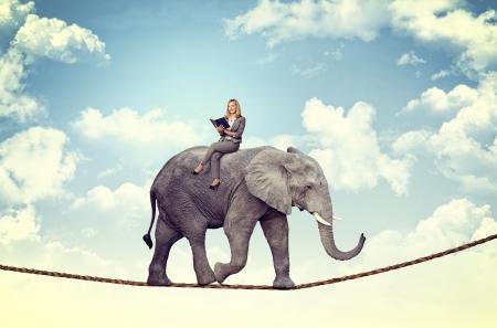 glimlachende vrouw op acrobaat olifant