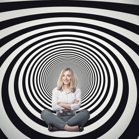 bn: sentada empresaria en el t�nel abstracto 3d Foto de archivo