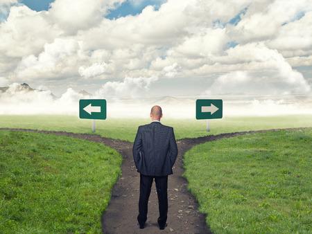 Stehen Geschäftsmann und Kreuzung Standard-Bild
