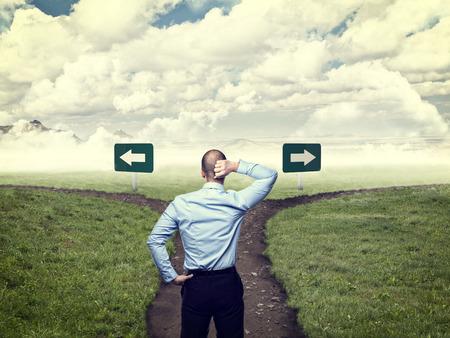 staande zakenman en kruispunt