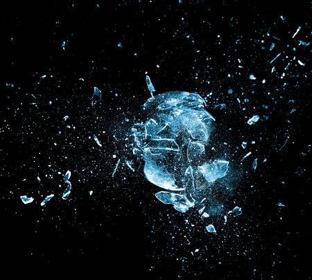 vidrio roto: de cerca la imagen de la bola de cristal de explosión
