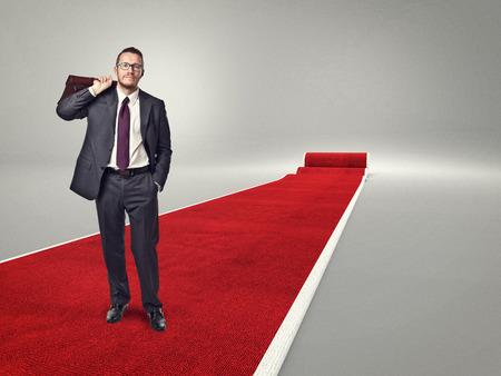 uomo rosso: in piedi uomo d'affari sul tappeto rosso