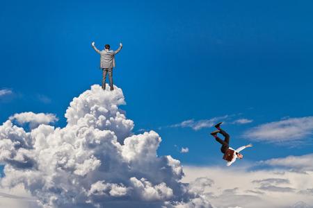 hombre cayendose: hombre feliz y la caída de los trabajadores en las nubes