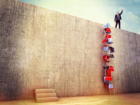 slimme man proberen oplossing aan de muur te klimmen