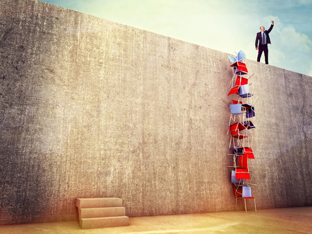 obstaculo: solución inteligente hombre intento de escalar la pared Foto de archivo