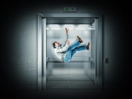 hombre cayendo: la caída del hombre y 3d ascensor Foto de archivo