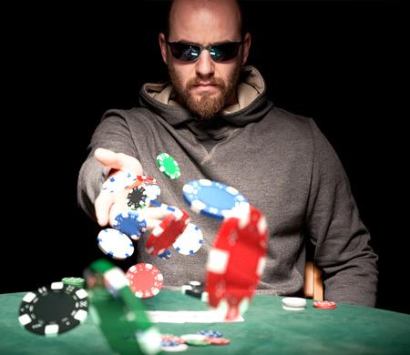 Joueur de poker avec des puces de lunettes de soleil de lancement Banque d'images - 40043957