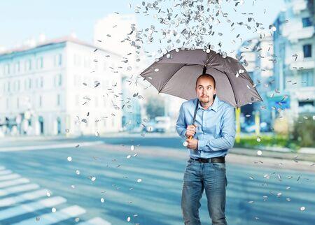 uomo sotto la pioggia: uomo con l'ombrello e la pioggia moneta da un dollaro