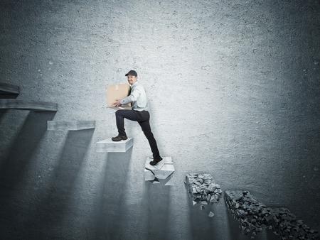 pared rota: sonriente hombre de entrega y paso roto caído