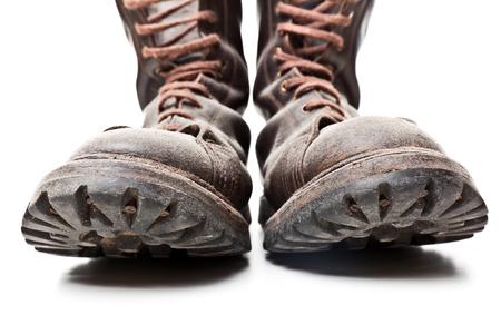 botas: bota de combate aislado en el fondo blanco Foto de archivo