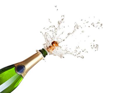 botella champagne: detalle de hacer estallar el champán sobre fondo negro Foto de archivo