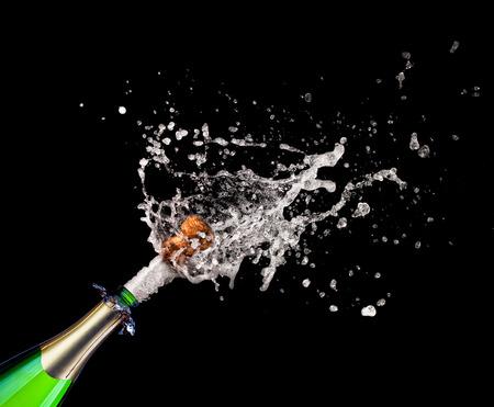 botella champagne: Primer plano de champagne popping y salpicaduras