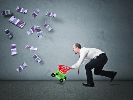 dinero euros: el hombre con la carretilla de juguete y dinero caído del euro