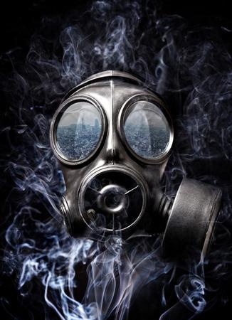 mascara de gas: máscara de gas y humo de fondo Foto de archivo