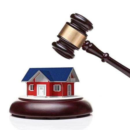 gerechtigkeit: Holz-Richter Hammer und 3d m odel Haus Lizenzfreie Bilder