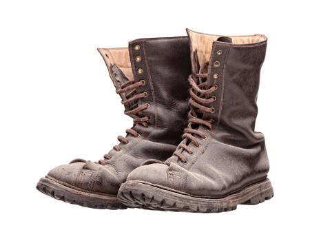 botas: viejas botas de combate aisladas en blanco