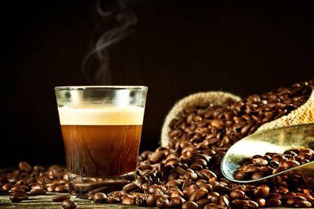 cafe colombiano: espresso real y el grano de café Foto de archivo