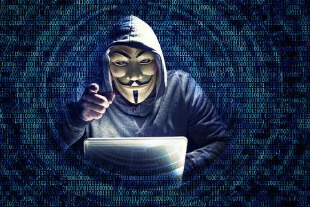 マスクとバイナリ コードの背景を持つハッカーの肖像画