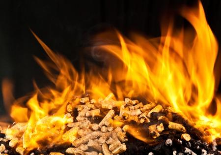 la quema de pellets de madera con la llama