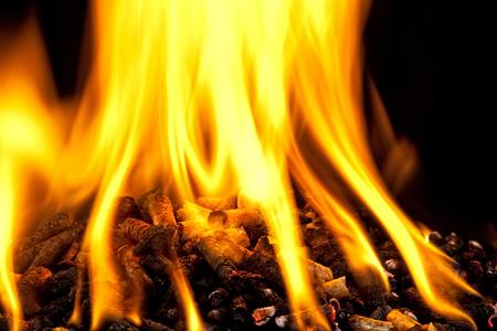 biomasa: la quema de pellets de madera con la llama