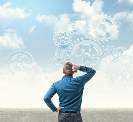hombre pensando: hombre de pensamiento abstracto y el engranaje en el cielo