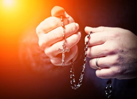 cristianismo: Imagen de detalle de las manos y rosario