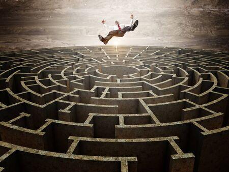 hombre cayendo: la caída del hombre y del laberinto circular 3d