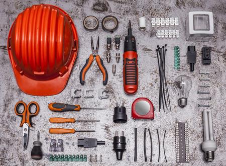 fil de fer: Outils d'électricien sur fond métallique