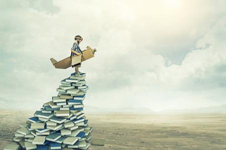 petit aviateur sur les livres 3d Banque d'images