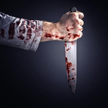 피 묻은 칼 범죄 개념을 보유하는 남자의 세부 사항