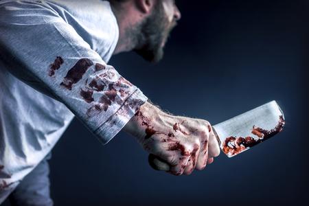 detail van de man met bloedige mes misdaad concept
