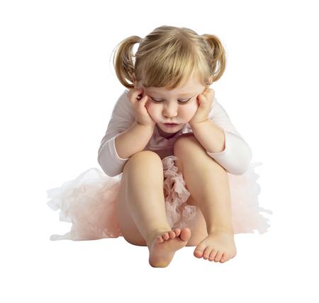 Retrato de niña práctica ballet clásico aislado sobre fondo blanco.