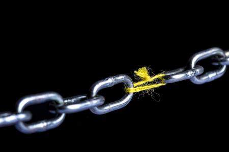 articulation de la chaîne en métal avec du fil de fil sur fond noir Banque d'images