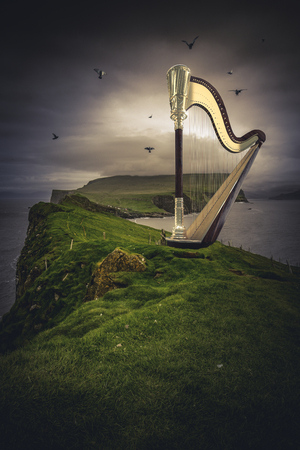 golden harp on green cliff 3d rendering image Zdjęcie Seryjne