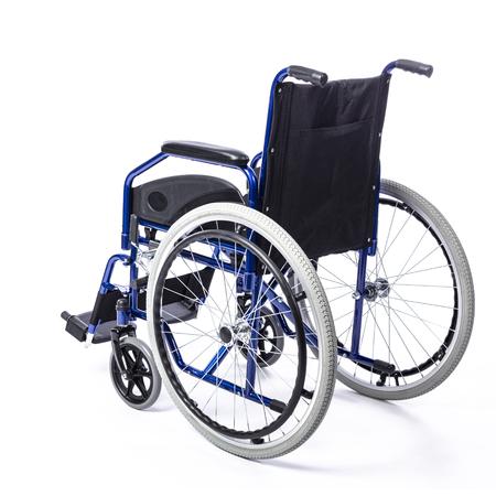 Silla de ruedas para discapacitados sobre un fondo blanco vista trasera