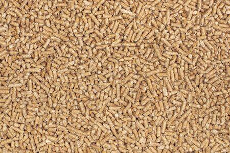 détail de plusieurs granulés de bois utilisés comme combustible naturel pour alimenter les poêles et les chaudières.