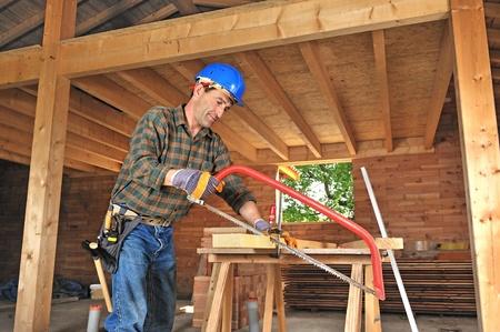 falegname: un falegname lavora nella sua casa